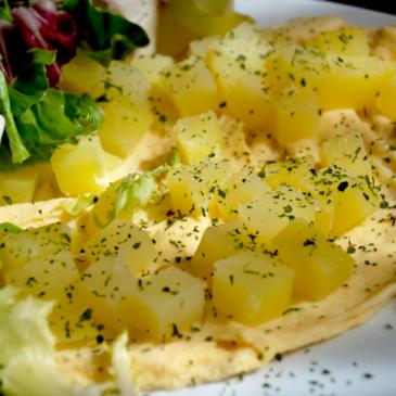 Tortilla francesa con patatas al vapor y ensalada