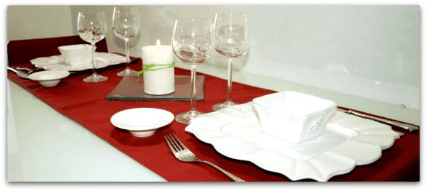 En colores claros y contrastando con el rojo en la mesa