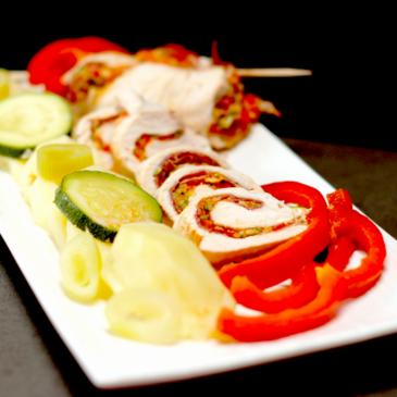 Pechugas de pollo rellenas de jamón, verduras y patatas
