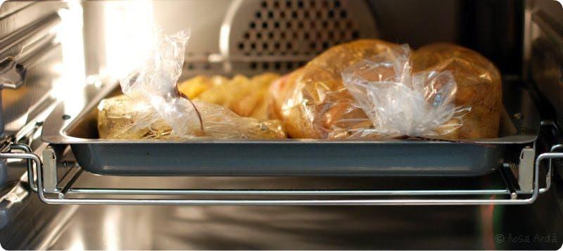 Pollo y patatas dentro de la bolsa en el horno
