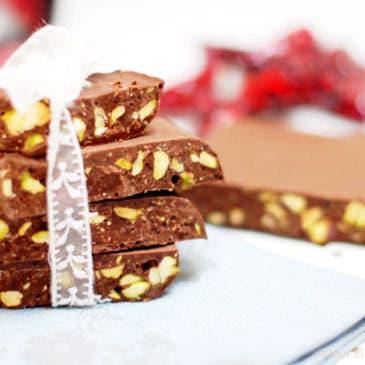 Turrón de chocolate con avellanas, pistachos…