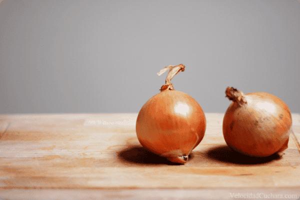 Cebollas peladas, un truco para que no se te revelen