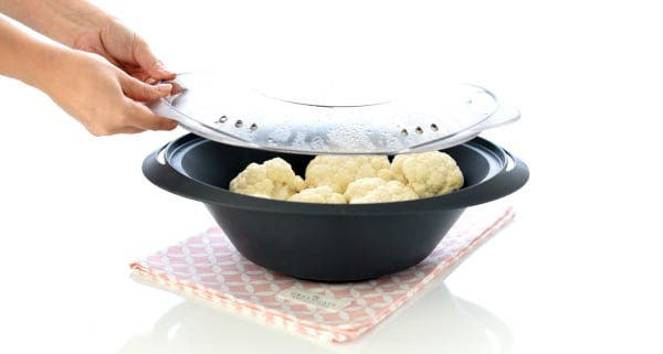 Pon la coliflor en ramilletes dentro del Varoma y cocina