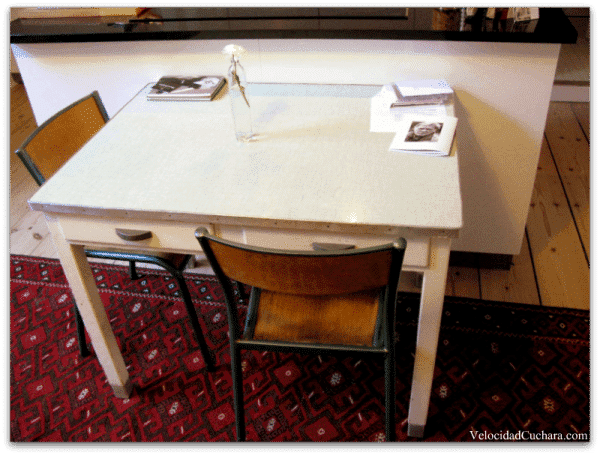 Esta es una mesa con historia, la que Lola nos cuenta en su carta