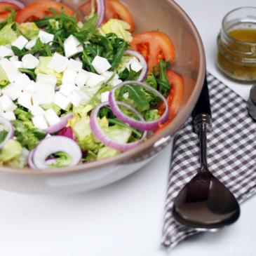 Ensalada fácil y rápida con lechugas variadas y queso fresco