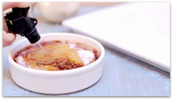 Pon el azúcar sobre el paté y carameliza