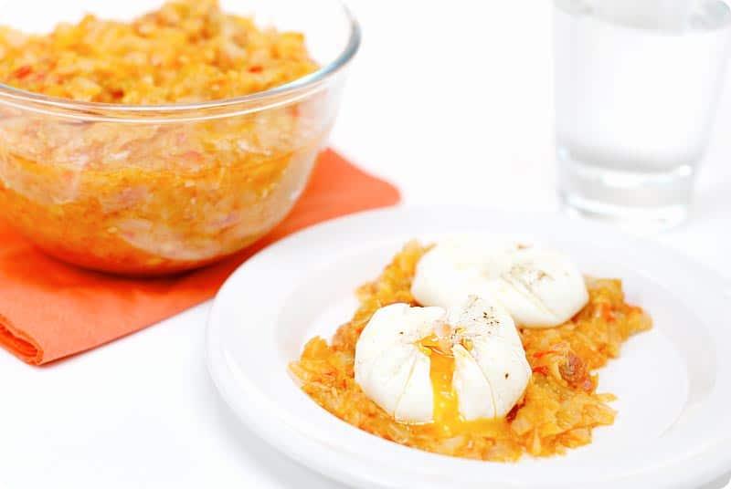 Receta de Repollo con calabacín, pimiento y bacon y huevos poché con Thermomix