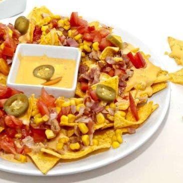 Nachos con salsa cheddar