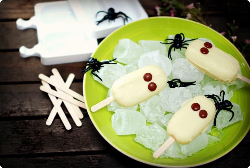 Helados fantasmas de Halloween con sabor a vainilla y cobertura de chocolate blanco