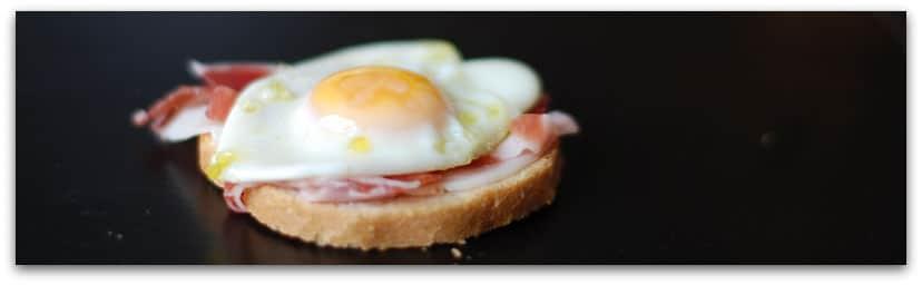 Canapé de jamón con huevos de codorniz