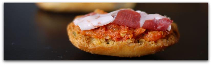 Canapé de tomate y jamón