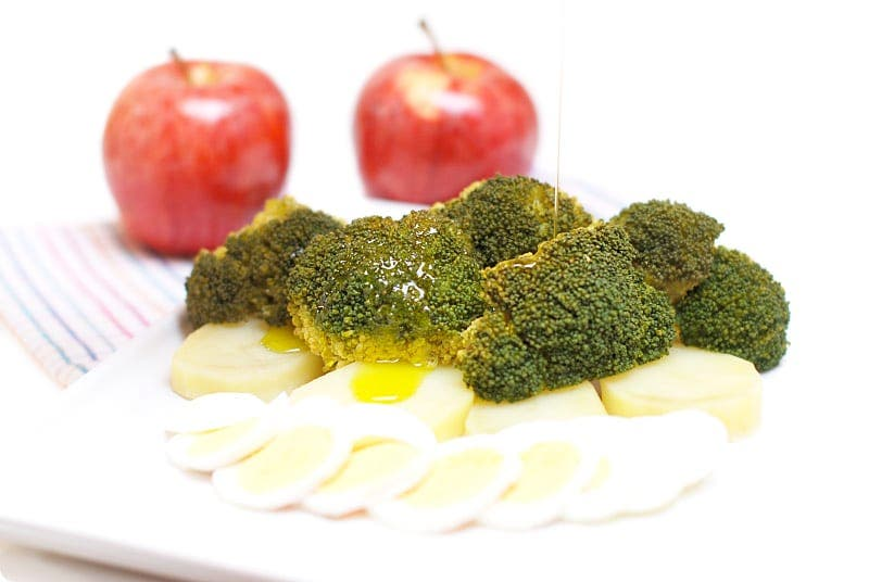 Brócoli al vapor con huevos y patatas