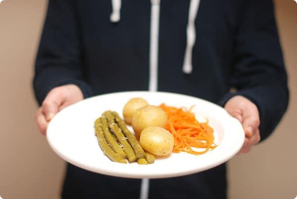 Espárragos al vapor con cachelos y zanahorias