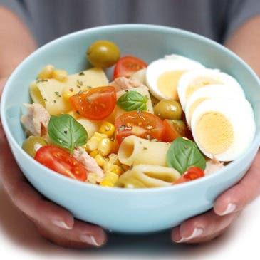 Ensalada de pasta, atún, huevo y maíz dulce