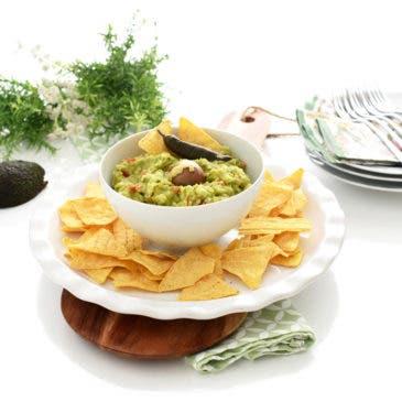 Nachos con guacamole, a mano
