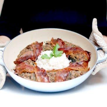 Corona de carne con espinacas y arroz