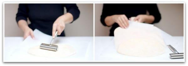 Estira la masa con las manos o con la ayuda de un rodilllo