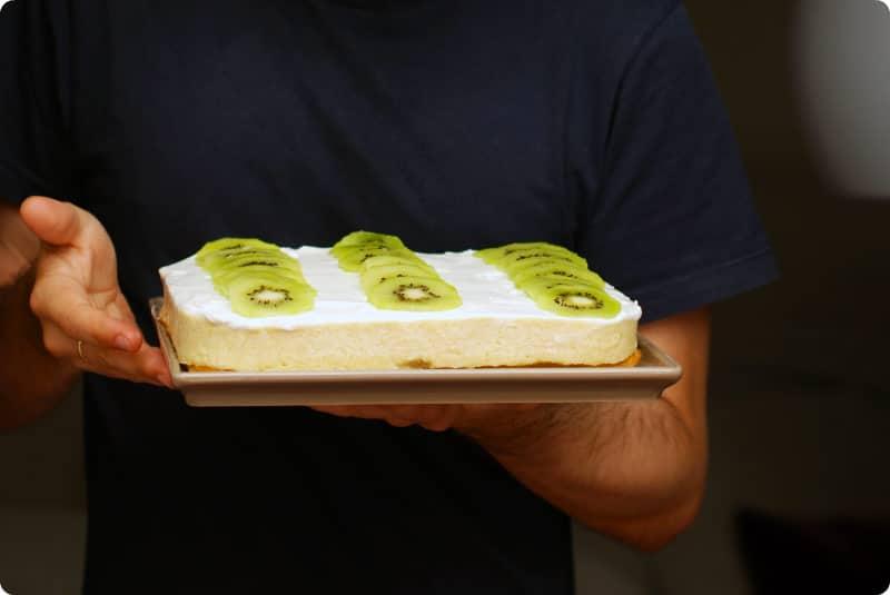 Tarta de flan y nata con soletillas y frutas