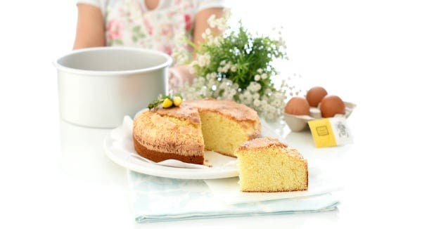 Bizcocho casero de nata con costra de azúcar en Thermomix®