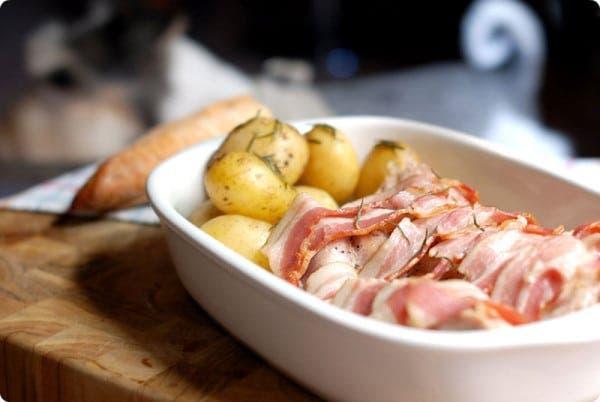 Pavo con bacon y patatas