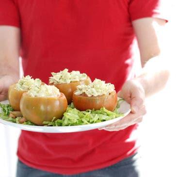 Tomates rellenos con ensaladilla de aguacate