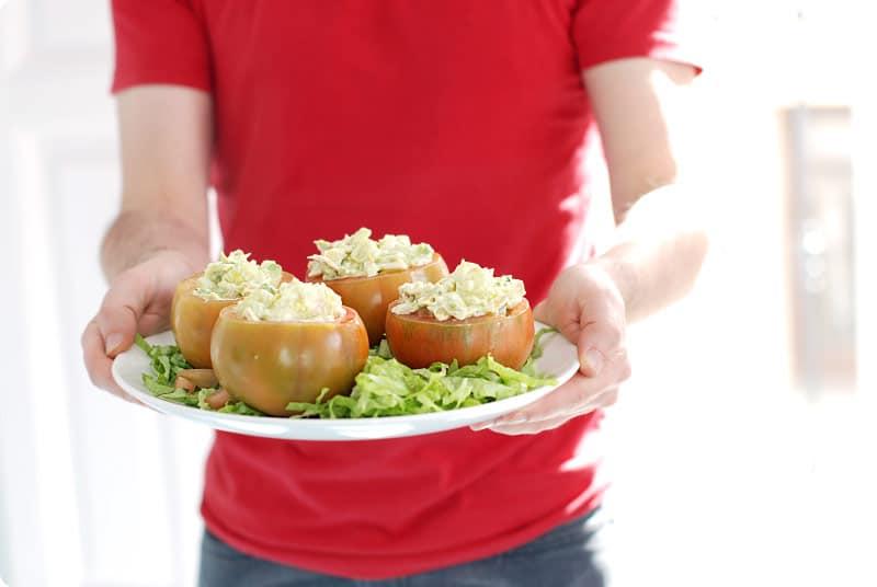Tomates rellenos de ensaladilla de aguacate