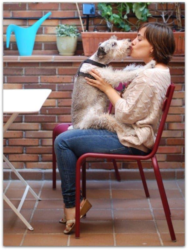 Willy dando besos de amor en la terraza