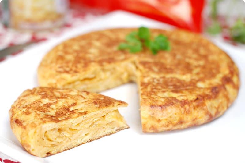 Tortilla española exprés con patatas de bolsa