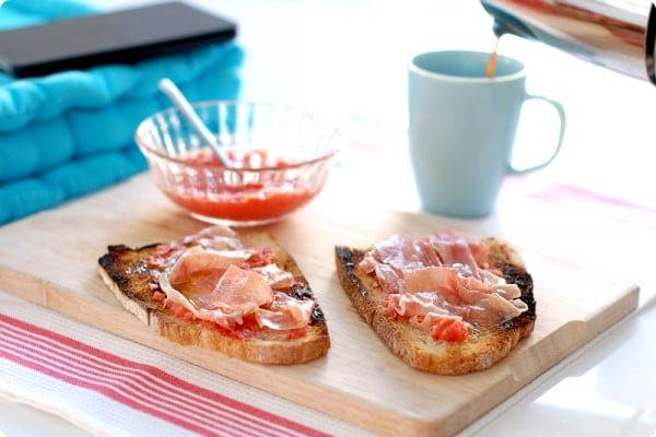 Pan tumaca o pan con tomate para el desayuno