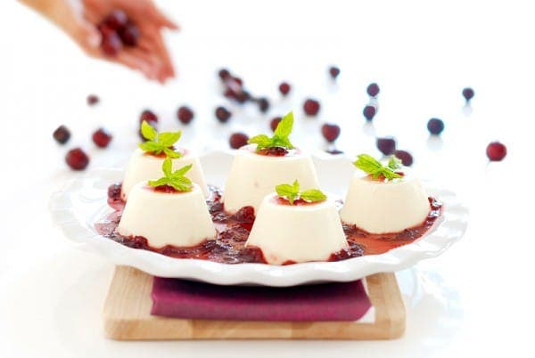 Flan de queso con mermelada de cerezas
