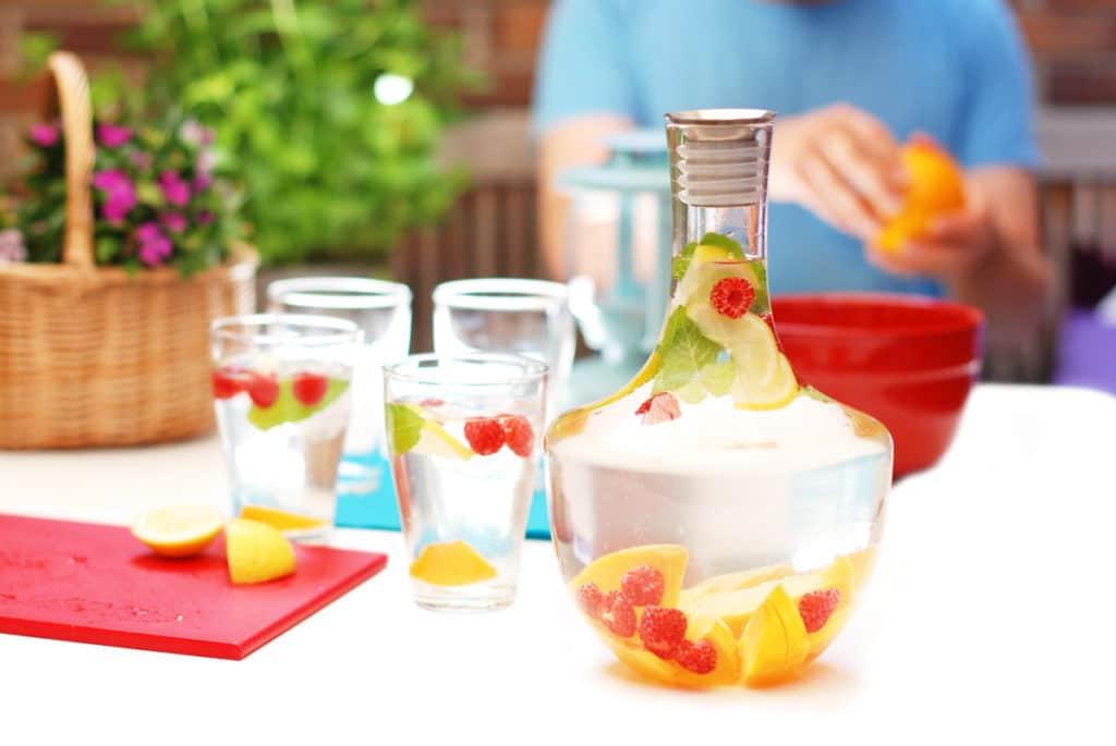 Agua infusionada con frutas para el verano