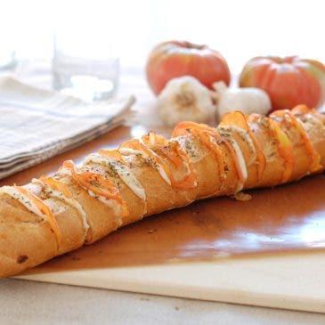 Pan al horno relleno con mozzarella y tomate