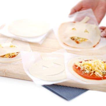 Mini pizzas con forma de calabaza en obleas