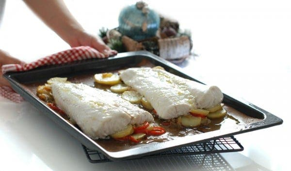 Merluza al horno con patatas confitadas en bandeja de horno