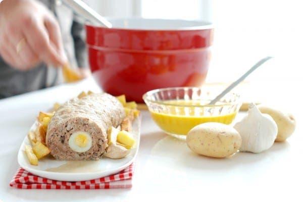 Rollo de carne rellena de huevos de codorniz y crema de zanahorias