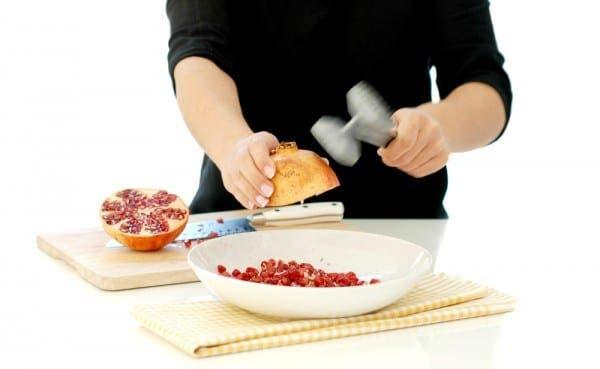 Da golpes enérgicos a tu granada para que los granos caigan sobre el plato