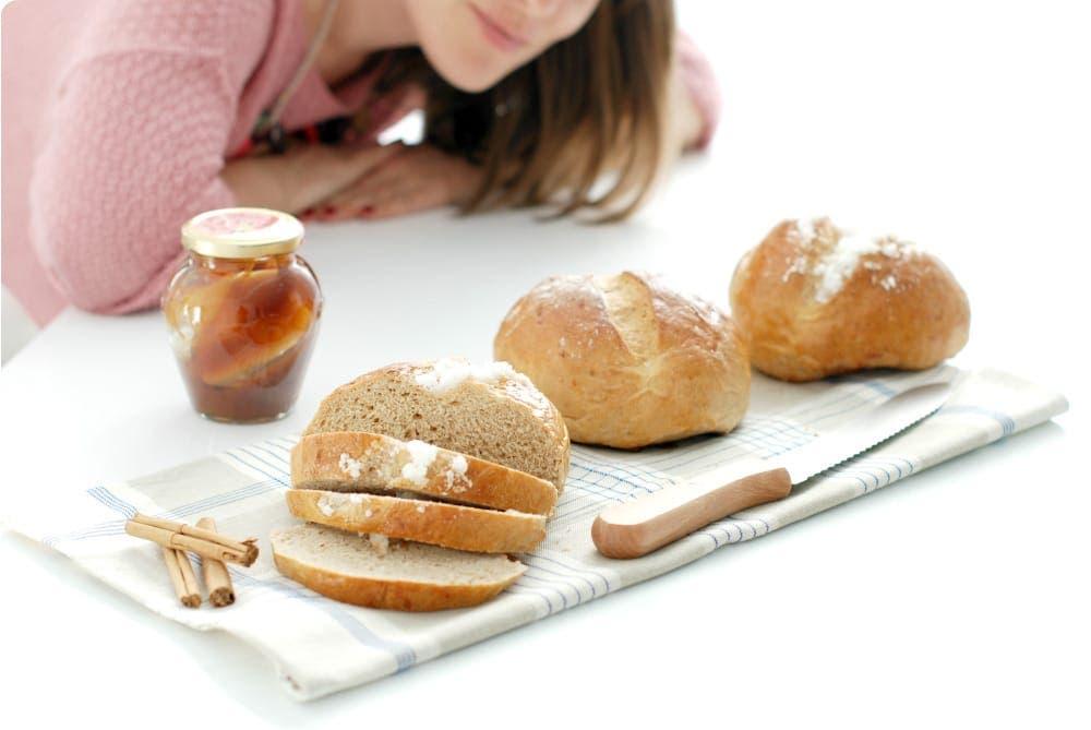 Panecillos de miel, canela y pasas