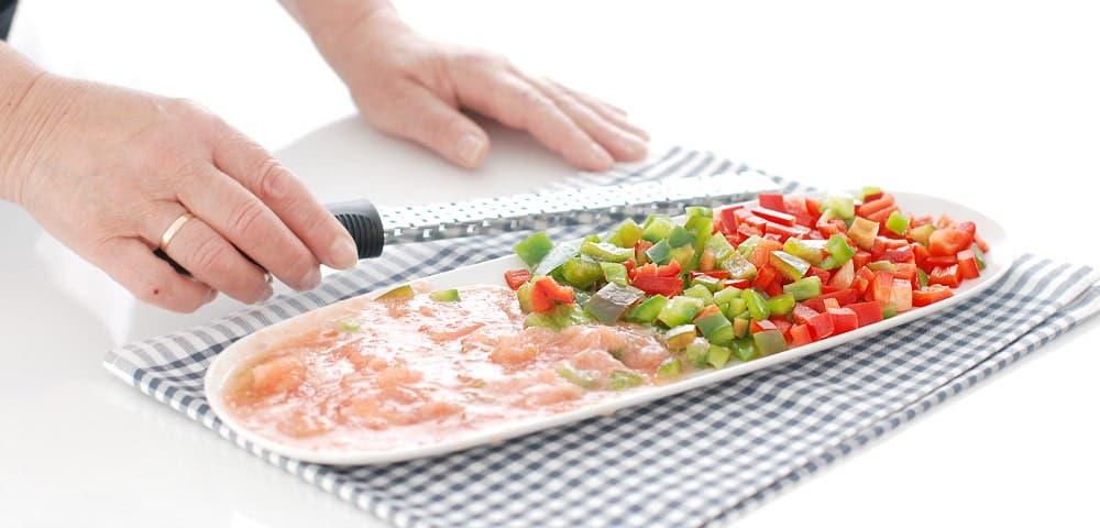 Pimientos cortados en taquitos y tomate rallado