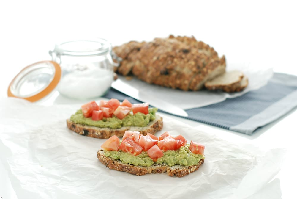 Tosta de aguacate, comino y tomate