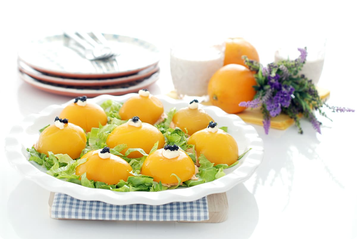 Melocotones rellenos de atún y palitos de cangrejo con mahonesa, para el verano.