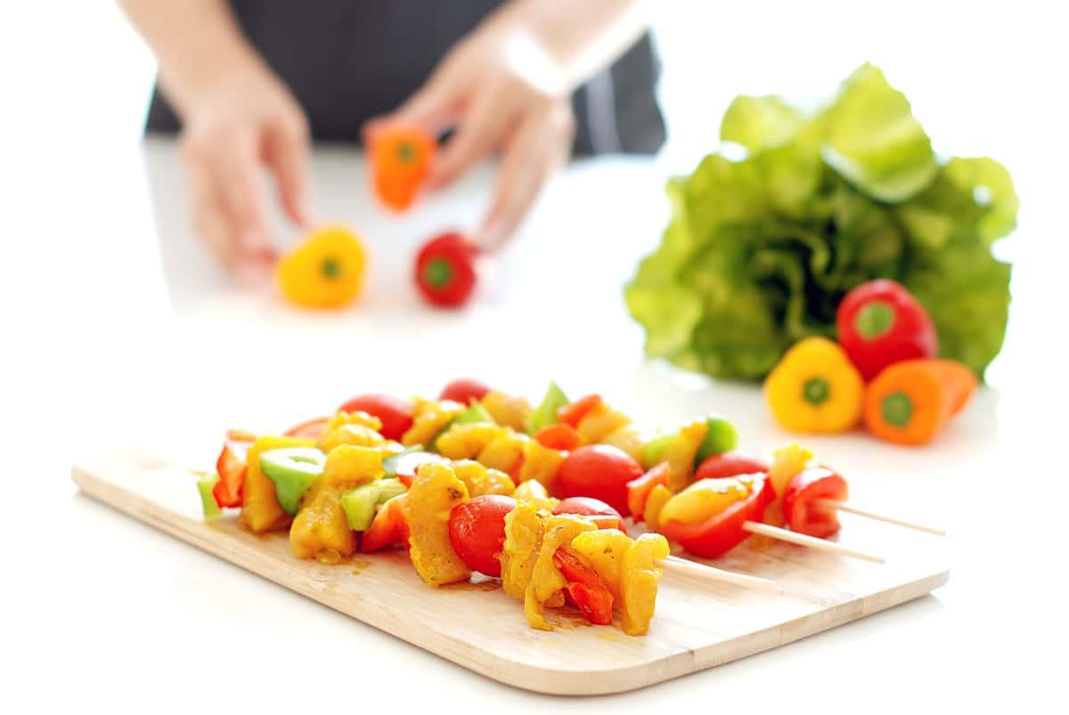 Brochetas de pollo con verduras , antes de cocinar