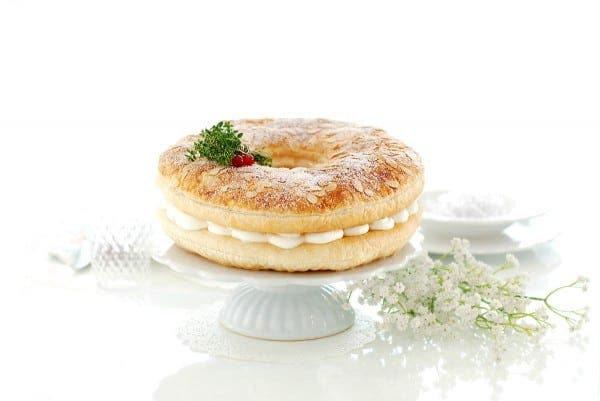 Roscón de Reyes de hojaldre, relleno de nata