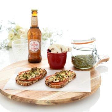 Tostas de champiñones, tomate y mozzarella