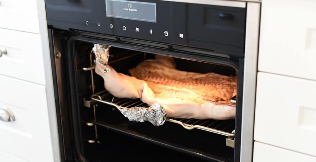 Cochinillo horneándose