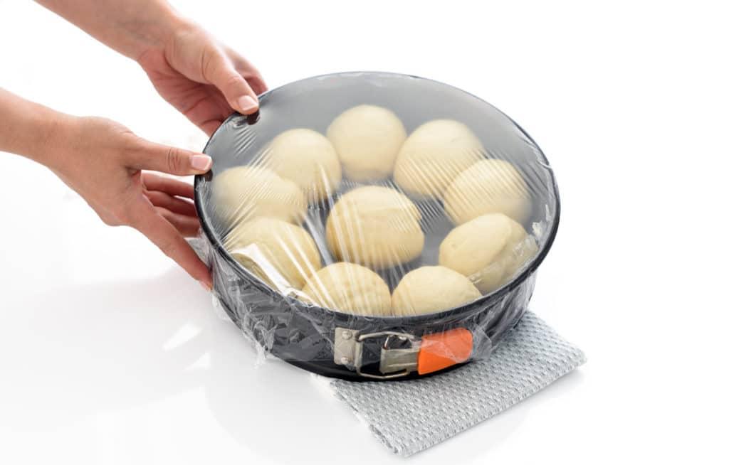 Haz 10 bolitas con la masa de brioche y deja que crezcan