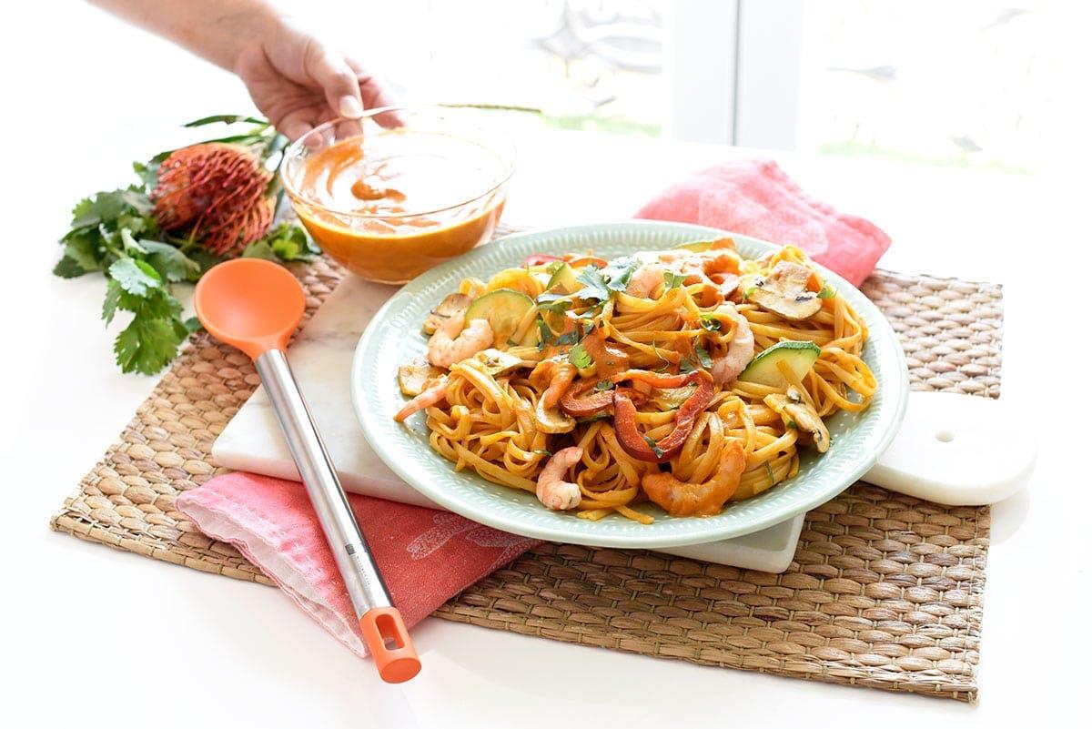 Tallarines al curry con langostinos